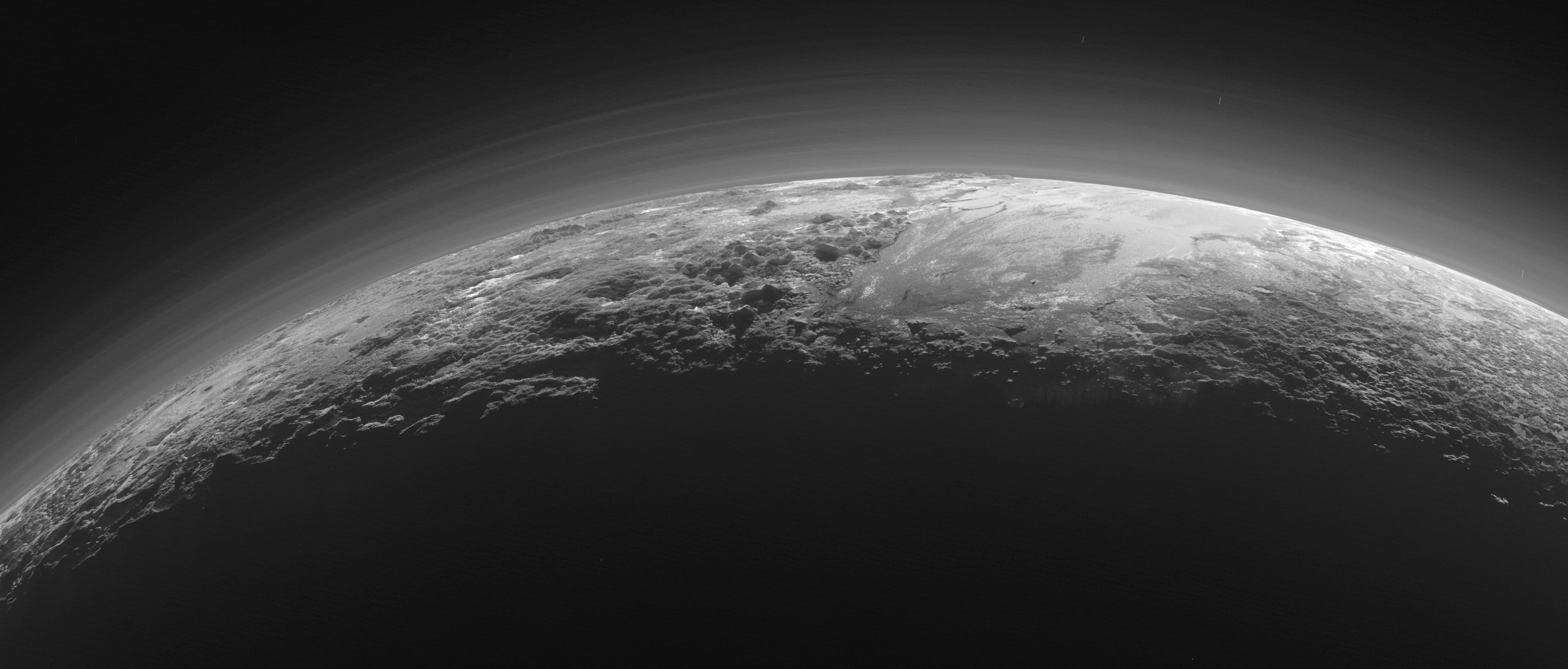 Le paysage montagneux de Pluton dans la brume